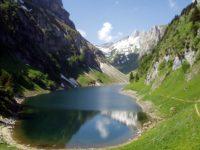 Озеро. Швейцарские Альпы. Автор Simon Steinberger / pixabay.com
