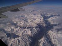 Вид из окна самолета на Швейцарские Альпы. Автор csillu987 / pixabay.com
