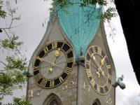 Шпиль церкви  Fraumünster в Цюрихе. Автор Wesbi / pixabay.com